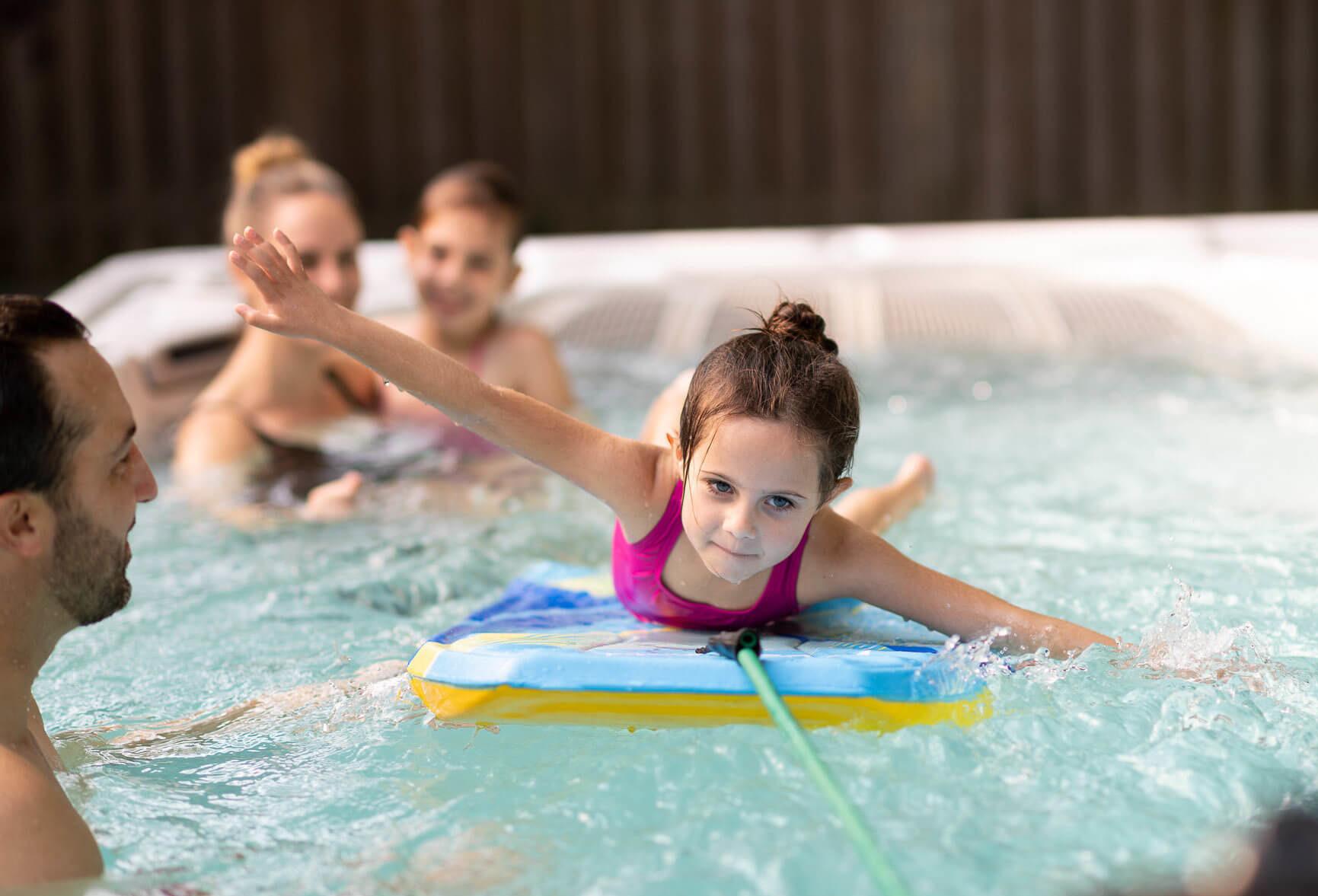 Dziewczyna na desce w basenie